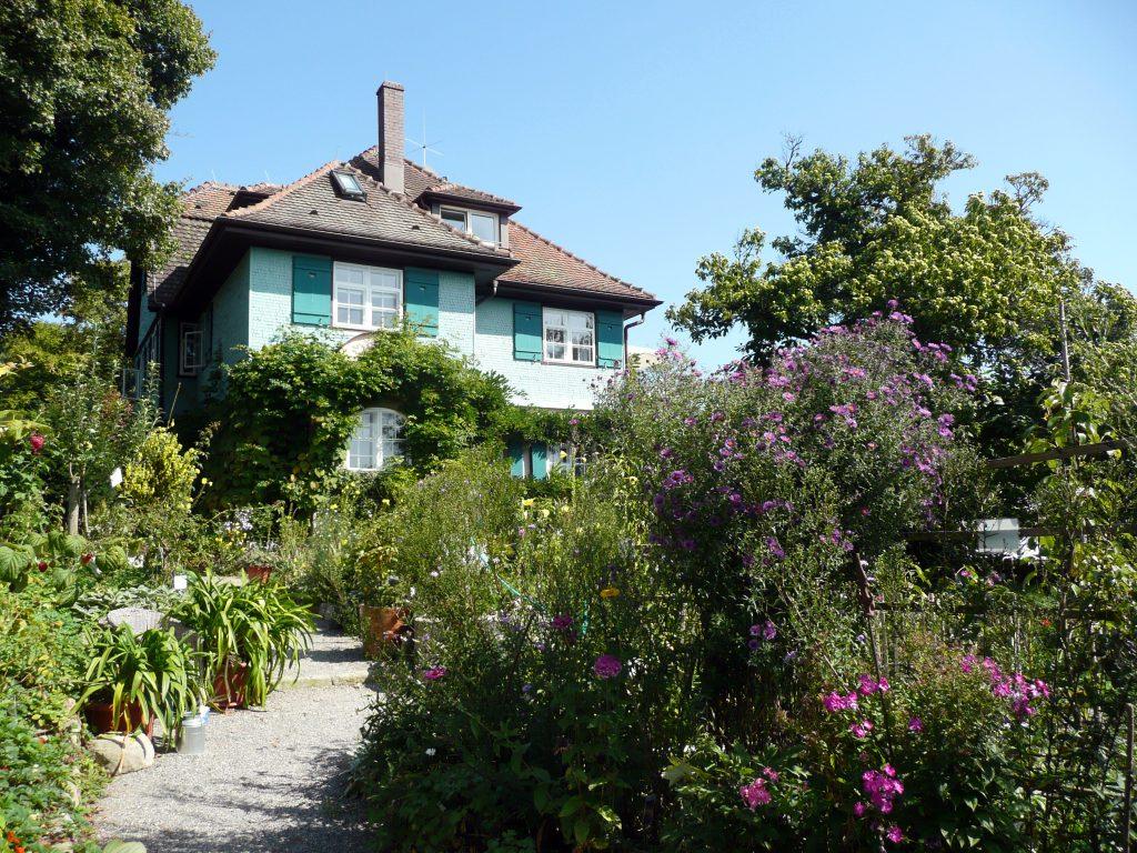 Villa am Dorfrand von Gaienhofen, die der Architekt Hans Hindermann 1907 im Stil der Lebensreform für Hermann Hesse und seine Frau Mia errichtet hatte. Die Familie Hesse wohnte hier bis 1912. ©Heinrich Stürzl, Quelle, Lizenz